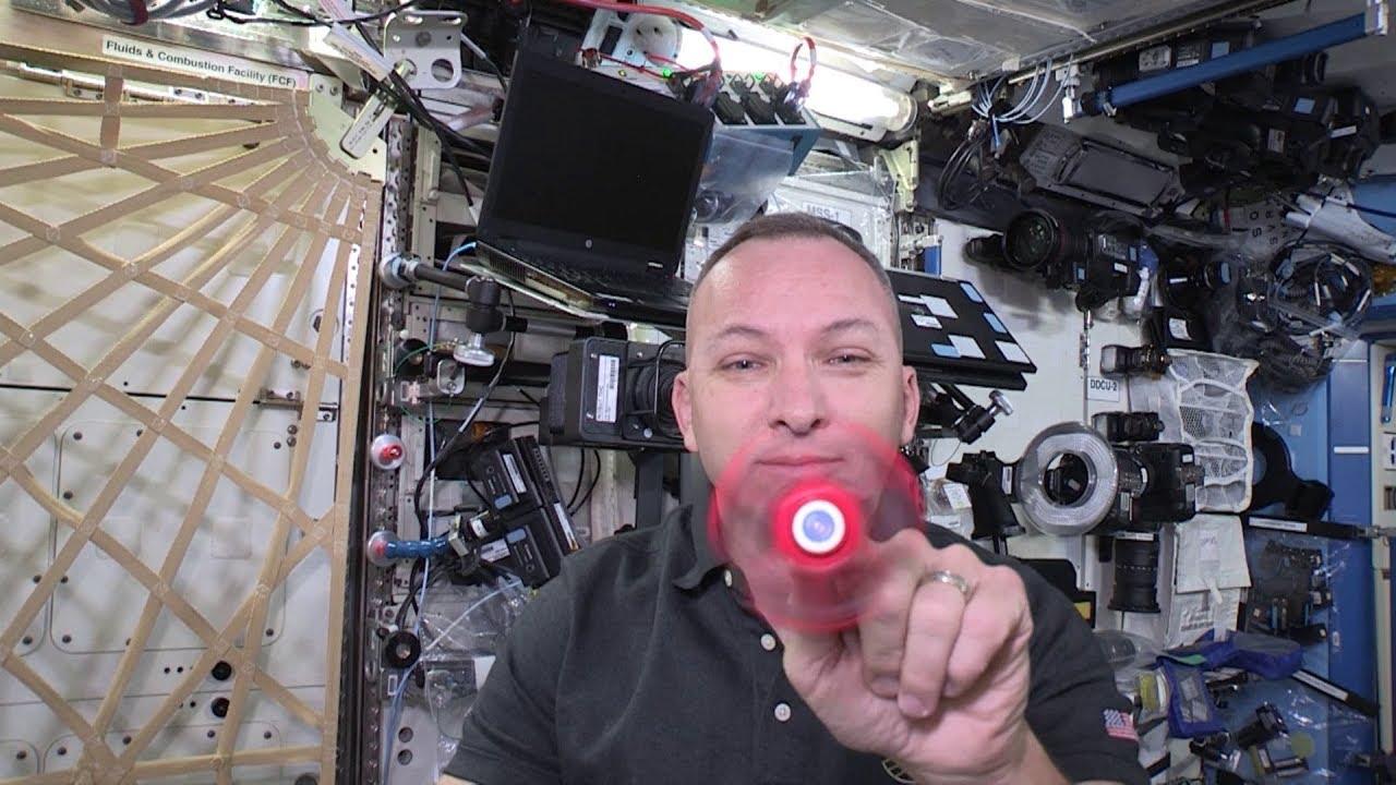 Како се врти фиџет спинер во вселената