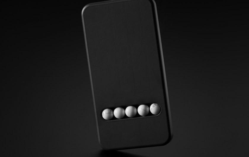 Рубикова коцка  фиџет спинер и заменски фиџет телефон кој нема никаква цел  Или можеби има